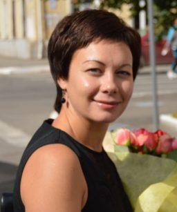 Юлия, кандидат педагогических наук и преподаватель со стажем 15 лет. Особое внимание уделяет разговорной практике и развитию умения воспринимать англоязычную речь на слух.